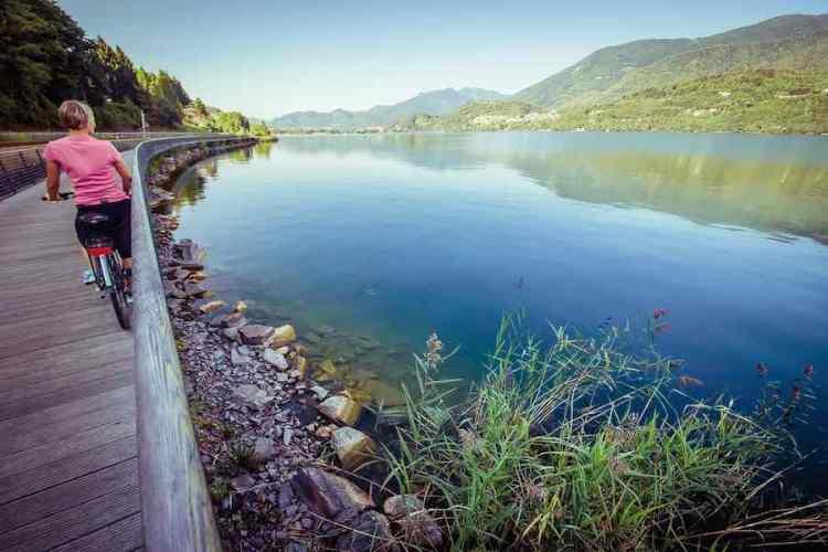 una pista ciclabile lungo il lago di caldonazzo in valsugana nel cuore del trentino
