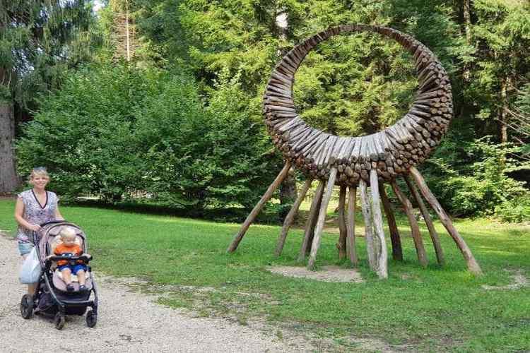 una installazione sul sentiero montura di arte sella