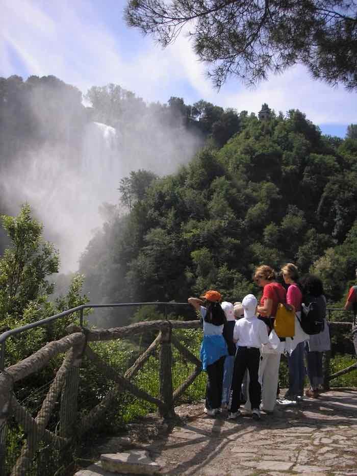 uno dei punti panoramici sul percorso de la maestosità delle cascate delle marmore