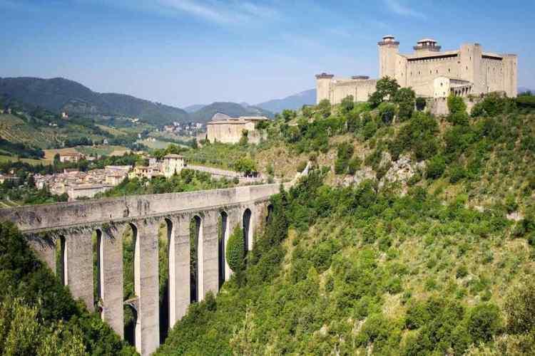 il ponte delle torri a spoleto, vicino alle cascate delle marmore