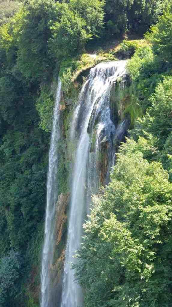 uno dei tre salti d'acqua delle cascate delle marmore