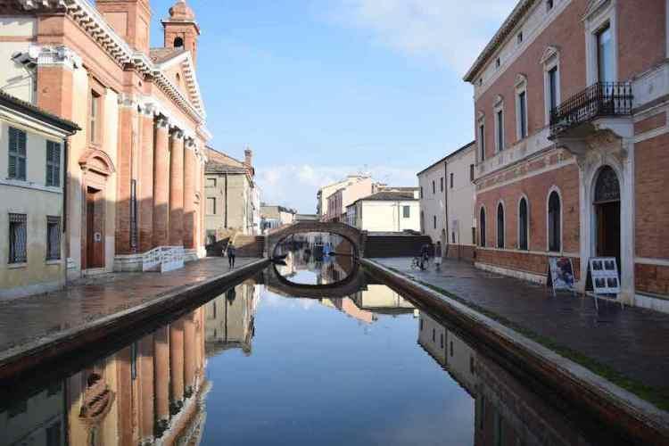 un canale di comacchio con i palazzi storici