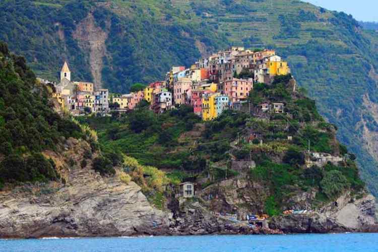 il pittoresco borgo di corniglia nelle cinque terre