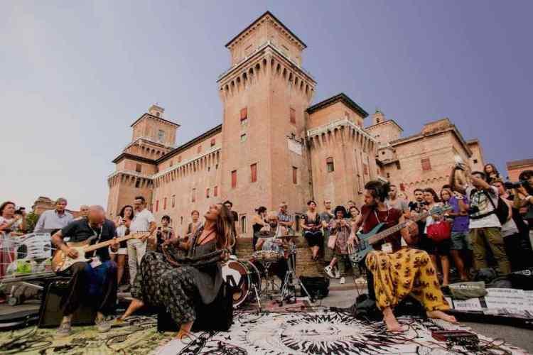 il castello estense scenario del ferrara buskers festival