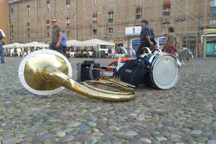 gli strumenti musicali dei buskers del ferrara buskers festival