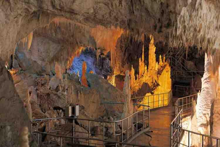 il castello delle streghe nella sala dei duecento nelle grotte di frasassi a genga