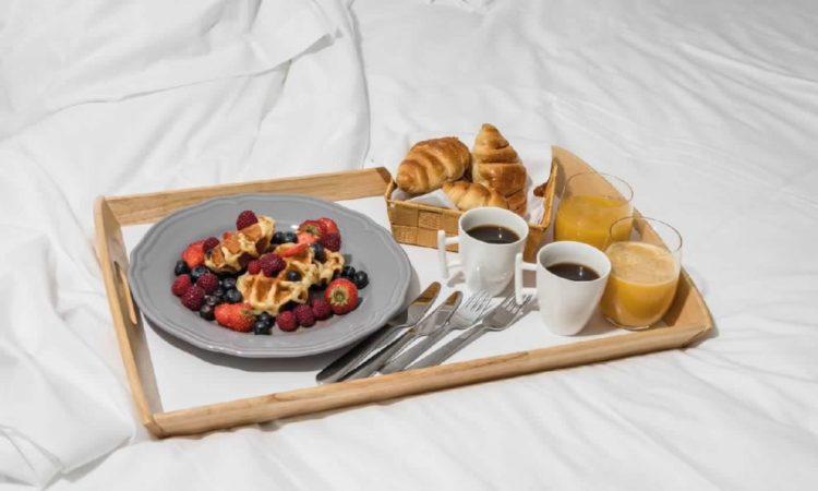 breakfast in camera dell'hotel le mandla uno dei migliori hotel a saint tropez