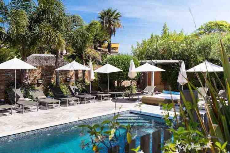 la piscina dell'hotel le mouillage uno dei più begli hotel a saint tropez