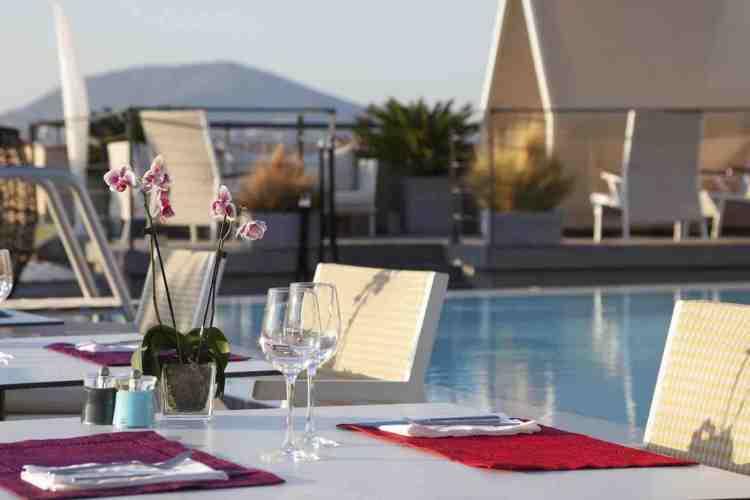 ristorante a bordo piscina dell'hotel de paris uno dei migliori hotel a saint tropez
