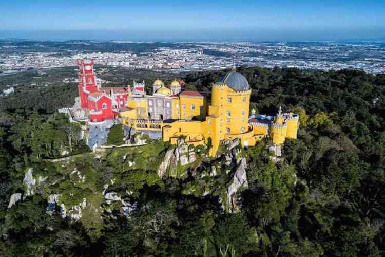 il bellissimo castello di sintra tappa obbligata di un viaggio in portogallo