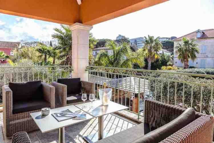 il salotto privato di una suite dell'hotel le mouillage uno dei più begli hotel a saint tropez