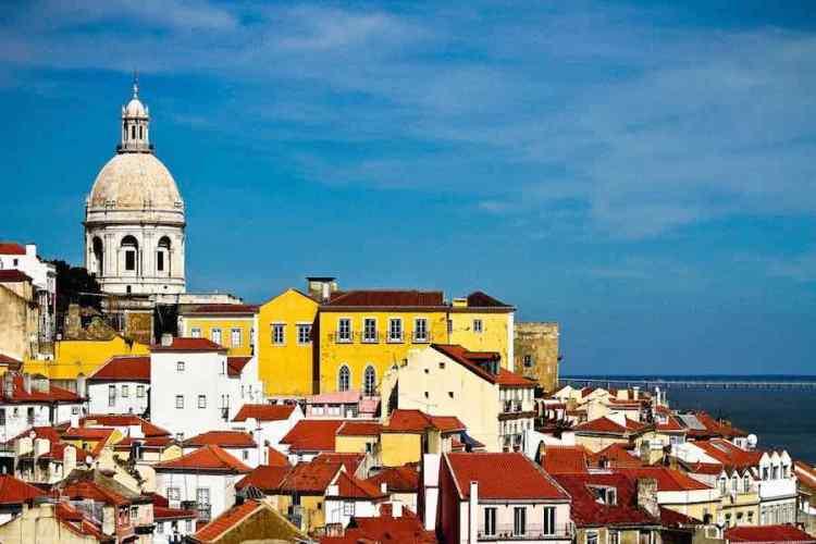 una panoramica del centro storico di lisbona