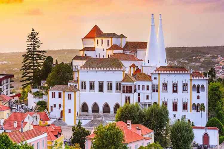 il bellissimo centro storico di sintra in portogallo