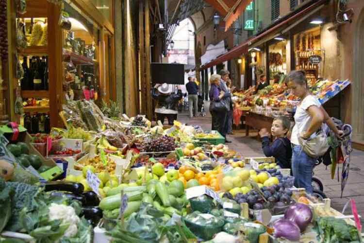 una botteghella di frutta e verdura nel cuore del centro storico di bologna