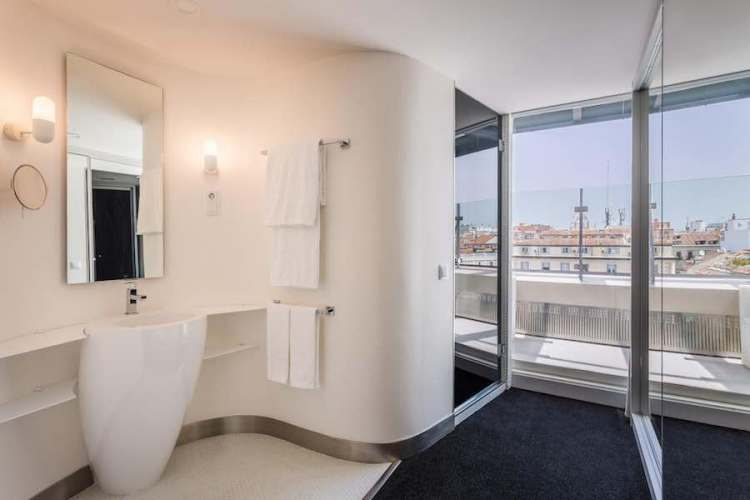 il bagno di una camera del room mate oscar in centro a madrid