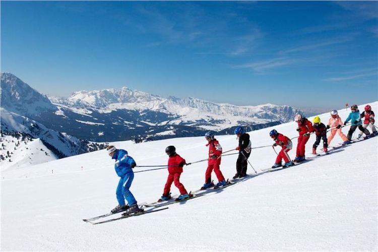 una lezione di sci sulle piste della val gardena