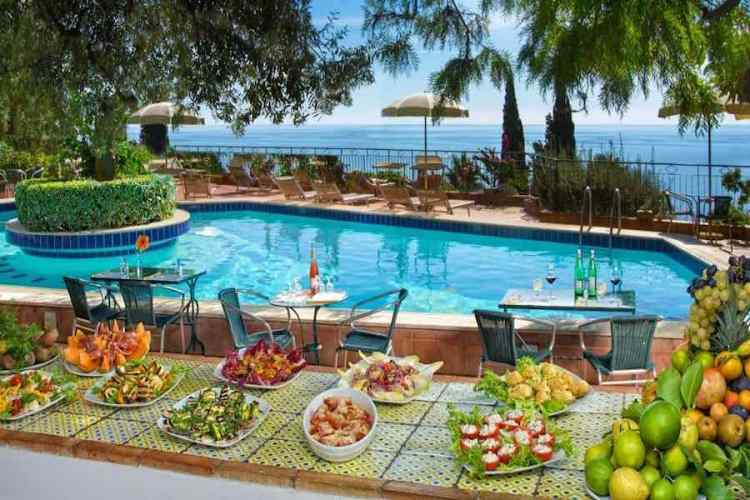 un breakfast a bordo piscina dell'hotel villa belvedere a taormina vicino all'aeroporto catania