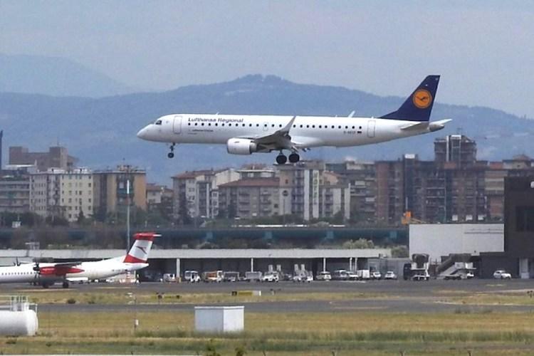 un aereo lufthansa atterra all'aeroporto firenze