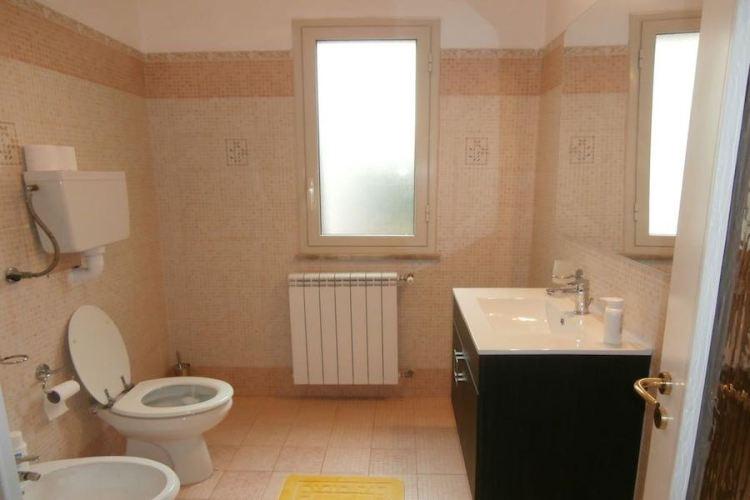 il bagno di una camera del busalacchi b&b a mondello vicino aeroporto palermo