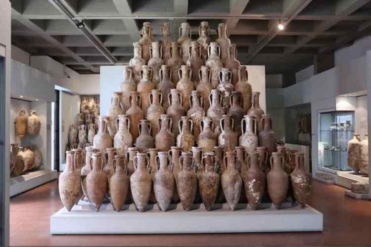 preziose anfore custodite nel museo archeologico di lipari