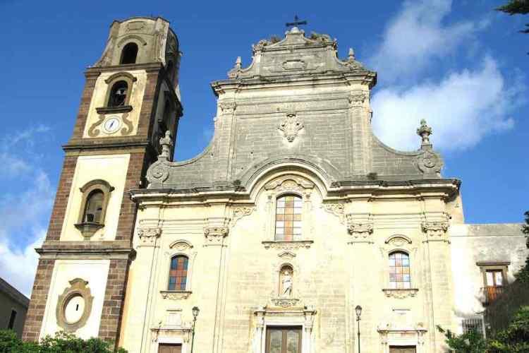 la facciata della cattedrale di san bartolomeo a lipari isole eolie