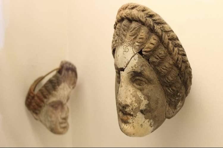 maschere greche in miniatura nel museo archeologico di lipari