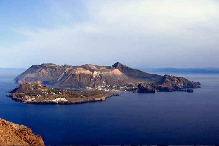 la bellissima silouette dell'isola di vulcano