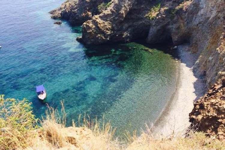 la spiaggia di cala junco a panarea arcipelago eolie