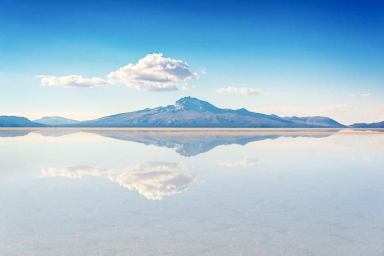 il deserto di sale di uyuni bagnato con effetto di specchio