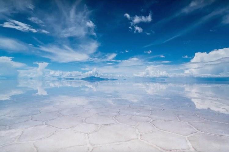 la distesa pianeggiante di sale del salar de uyuni