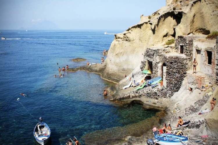 le grotte dei saraceni a salina isole eolie