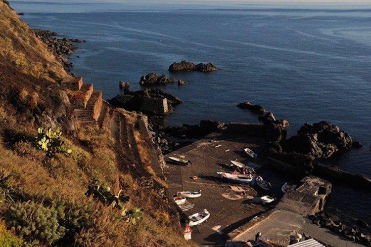 il minuscolo porto di ginostra sull'isola di stromboli arcipelago eolie