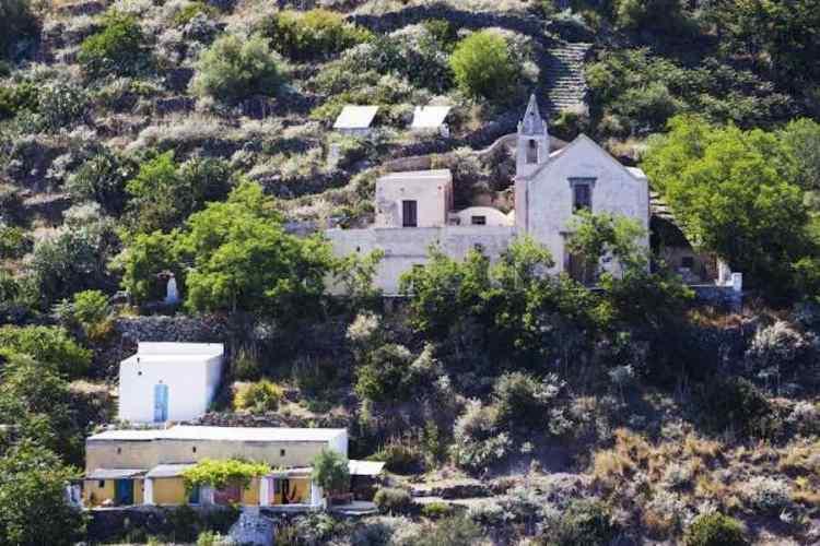 la chiesa di san bartolo a alicudi isole eolie