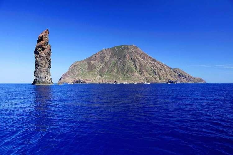 lo scoglio la canna al largo della costa nord-occidentale di filicudi isole eolie