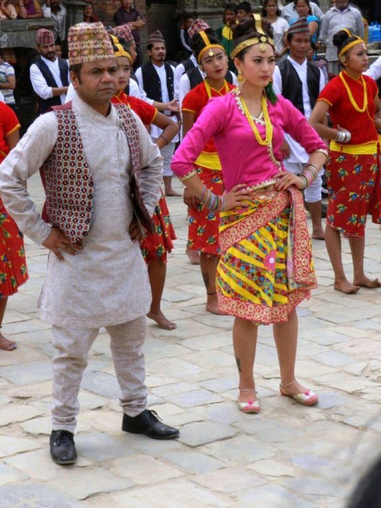 Attori di Bollywood in costumi tradizionali nepalesi