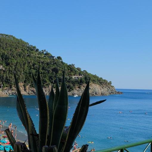 Bonassola: una giornata in spiaggia tra i colori della Liguria