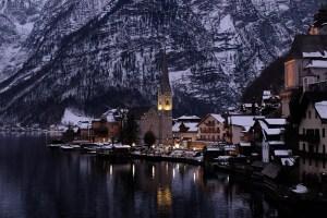 hallstatt di sera in inverno