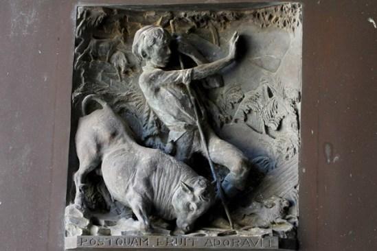 Santuario della Madonna della Montagna di Polsi - Particolare della porta centrale: rinvenimento della Croce