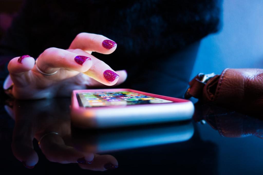 una ragazza utilizza un'app per tenere sotto controllo le sue finanze