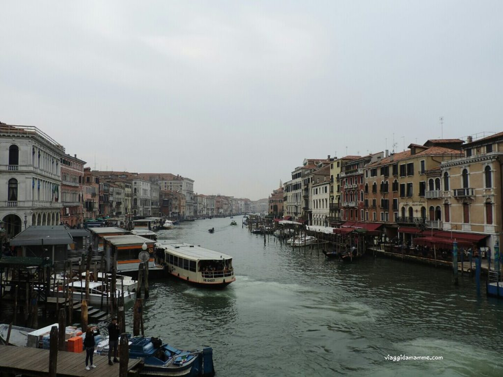 Cosa vedere a Venezia con i bambini in tre giorni - Vaporetto sul Canal Grande -