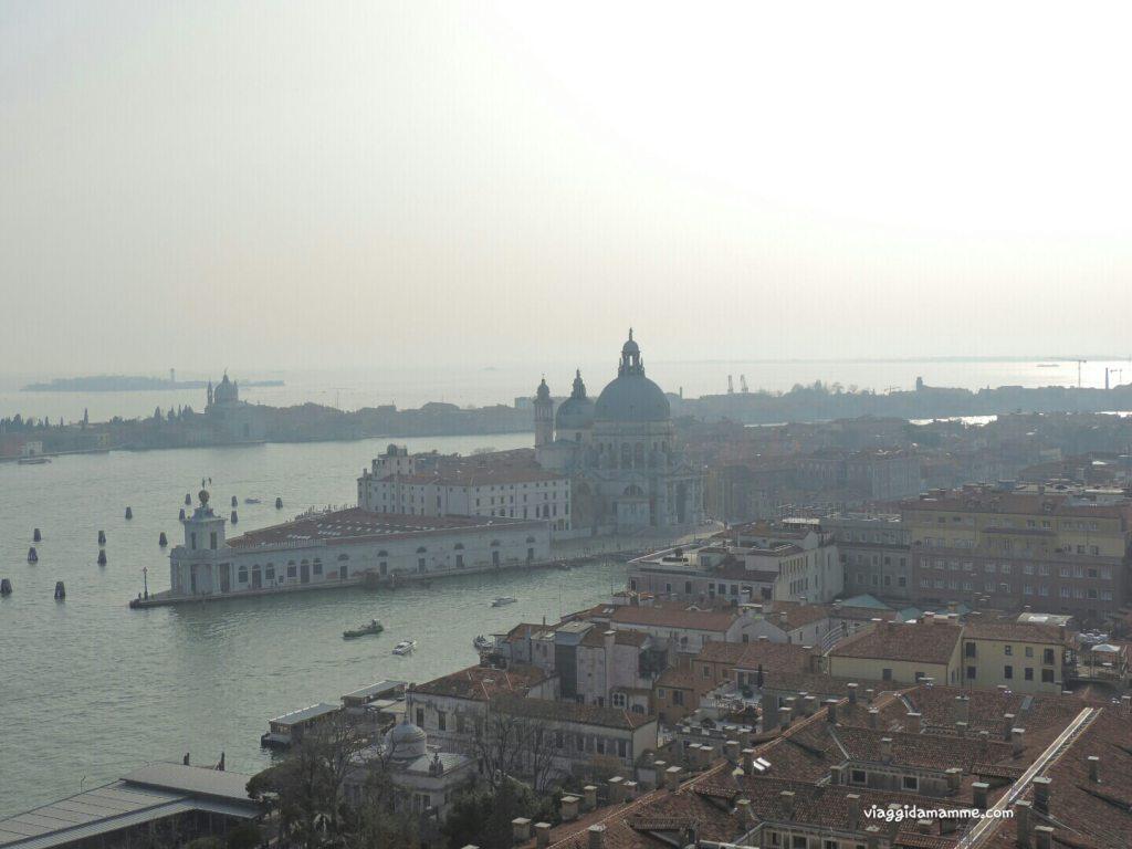 Cosa vedere a Venezia con i bambini in tre giorni - vista da un lato del Campanile su Chiesa di Santa Maria della Salute -