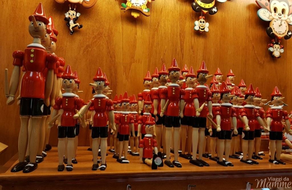Tanti giocattoli raffiguranti Pinocchio