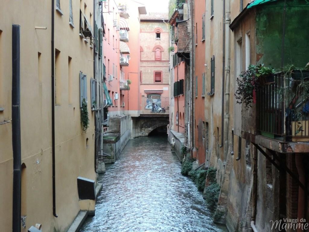 Cosa vedere a Bologna con bambini in due giorni -vista dalla finestrella del canale-