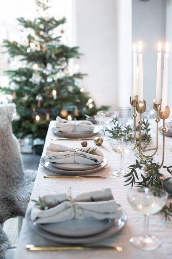 Tavola di Natale con cenni dorati e stile minimal -Foto fonte Pinterest-