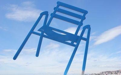 Le sedie blu di Nizza sulla Promenade