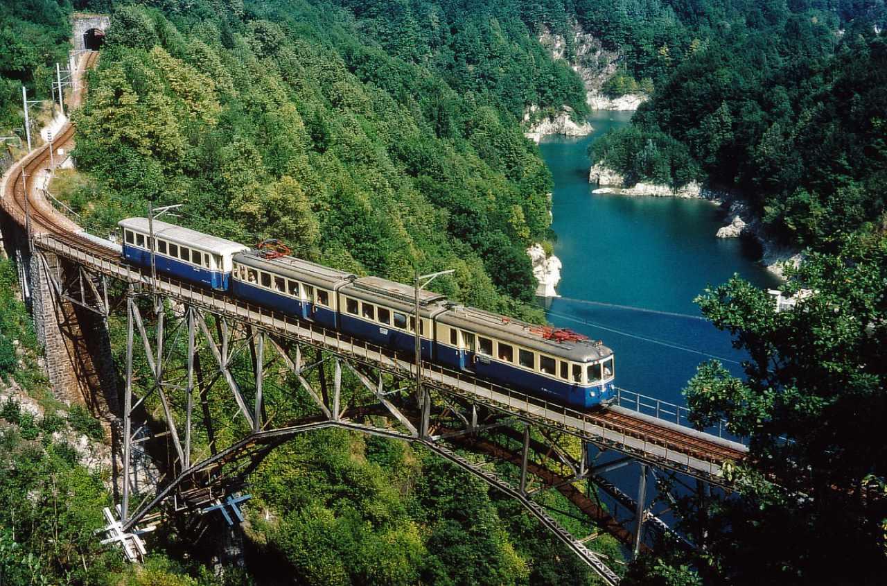 A bordo del trenino blu lungo la tratta ferroviaria piu bella dItalia