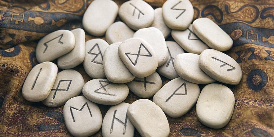 Le rune: l'antico alfabeto degli dei
