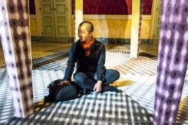 """L'artista Li Shurui al centro della sua opera """"Tempio di reverenza per la conoscenza oltre la comprensione umana"""""""