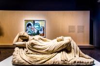 In primo piano: Anonimo, Arianna addormentata (III sec d.C.). Marmo; 56,5 x 150 cm; inv. MR 311 - Ma 340. Paris, Louvre, Départements des Antiquités greques, étrusques romaines. Sul fondo: Pablo Picasso, Nudo disteso (4 aprile 1932). Olio su tela; 130 x 161,7 cm; inv. MP142 Paris, Musée National Picasso
