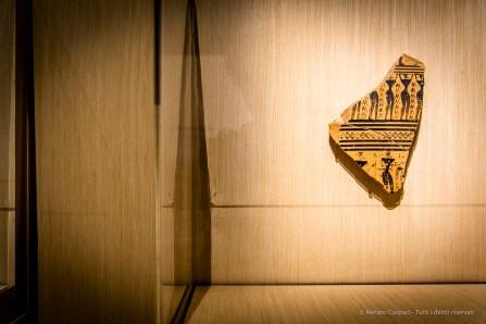 Maestro del Dypilon Frammento di cratere in stile geometrico con figure piangenti (750-725 a.C.). Terracotta; 25 x 18 cm; inv. RS 166 - A547.6. Paris, Louvre, Départements des Antiquités greques, étrusques romaines